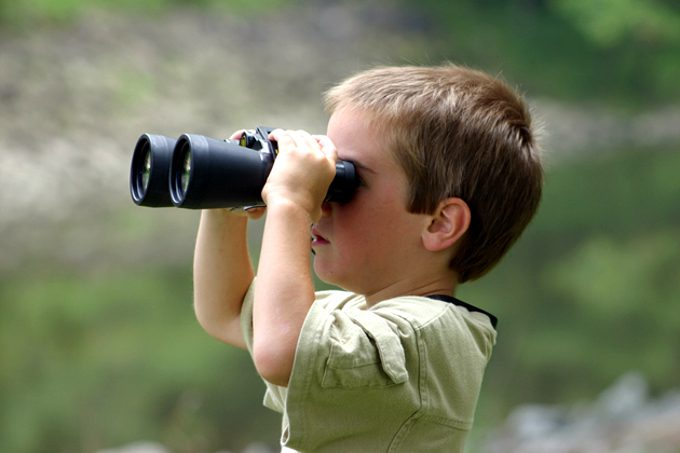Kid tries using binoculars